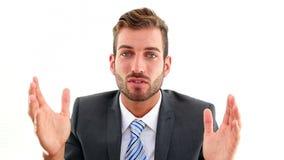 Glimlachende zakenman die aan camera spreken stock video