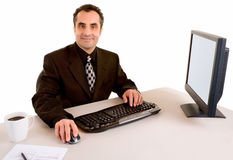 Glimlachende Zakenman die bij zijn Bureau werkt Royalty-vrije Stock Foto's