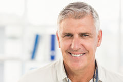 Glimlachende zakenman die de camera bekijkt royalty-vrije stock foto