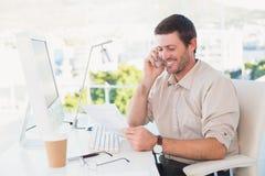 Glimlachende zakenman die een vraag en het lezen van een document maken stock afbeelding