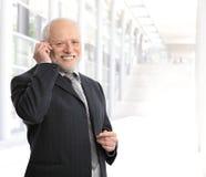 Glimlachende zakenman die mobiele telefoon met behulp van stock foto
