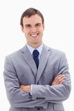 Glimlachende zakenman die zich met gevouwen wapens bevindt Royalty-vrije Stock Afbeeldingen