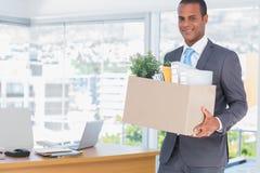 Glimlachende zakenman die zijn bedrijf verlaten royalty-vrije stock afbeeldingen