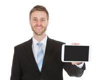 Glimlachende Zakenman Displaying Digital Tablet stock afbeeldingen