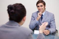 Glimlachende zakenman in een onderhandeling stock foto's