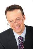 Glimlachende zakenman in glazen stock afbeelding