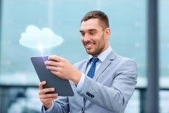 Glimlachende zakenman met tabletpc in openlucht stock foto