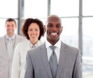 Glimlachende zakenman met zijn team Royalty-vrije Stock Afbeeldingen