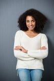 Glimlachende zekere Afrikaanse Amerikaanse vrouw stock afbeelding