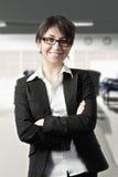 Glimlachende zekere vrouw op kantoor Stock Foto's