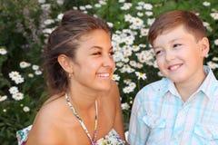 Glimlachende zuster, broer in park Stock Fotografie