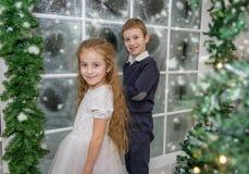Glimlachende zuster en broer in de winterstudio Royalty-vrije Stock Afbeeldingen