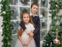 Glimlachende zuster en broer in de winterstudio Royalty-vrije Stock Fotografie