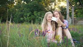 Glimlachende zusters die selfie maken stock footage