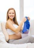 Glimlachende zwangere vrouw het openen giftdoos Stock Afbeeldingen