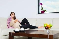 Glimlachende zwangere vrouw met een glas jus d'orange Stock Foto's