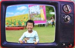 Glimlachjong geitje in oud retro televisiekader Royalty-vrije Stock Afbeelding