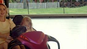 Glimlachmoeder met haar dochteraandrijving op bumper stock video
