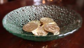 Glimma bitcoins i fokus på den glass plattan Arkivbild