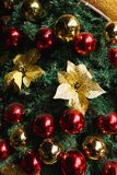 Glimma julgranbakgrund royaltyfria bilder