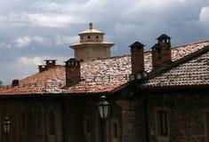 Glimma tegelplattor på taken efter regnet royaltyfria foton