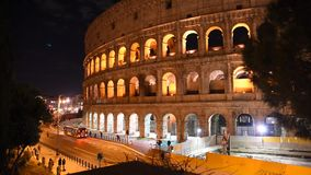 Glimp van Colosseum bij nacht, in Rome stock footage