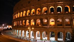 Glimp van Colosseum bij nacht, in Rome stock video