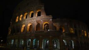 Glimp van Colosseum bij nacht, in Rome stock videobeelden