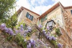 Glimp van een typisch Italiaans dorp royalty-vrije stock afbeelding