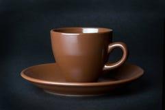 Gliniana (ceramiczna) filiżanka na zmroku Obrazy Stock