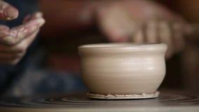 Gliniana filiżanka zrobi garncarką tradycjonalnie na garncarki ` s kole zbiory wideo