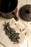 Gliniana filiżanka z lying on the beach obok zielonej herbaty Obraz Royalty Free