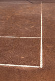 Glinianego cort tenisowe gemowe białe linie osaczają kontrastowanie pomarańcze Zdjęcie Royalty Free