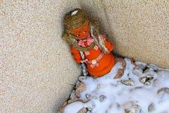 Glinianego garnka no czuć szczęśliwy z śnieżnym sezonem Obraz Royalty Free