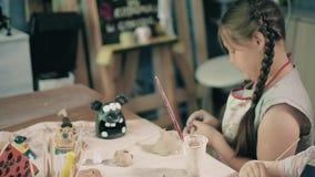 Glinianej garncarek ręk koła ceramicznej pracy warsztatowy nauczyciel i dziewczyna uczeń 4k zbiory