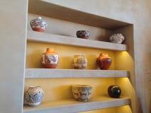 Gliniani garnki na półkach Obrazy Stock