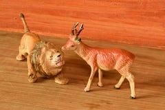 Gliniani zwierzęta Lew i roe rogacz Rocznik zabawka Retro zabawki dla chłopiec Fotografia Royalty Free