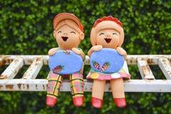 Gliniany dzieci trzymać śpiewa deskę po padać obraz stock