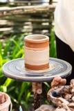 Gliniany garnek na ceramicznym kole, ceramiczny rzemiosło obrazy royalty free
