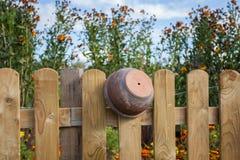 Gliniany garnek na ogrodzeniu Fotografia Royalty Free
