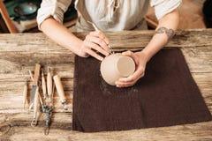 Gliniany pucharu autor dekoruje, ceramiczny robić zdjęcia royalty free
