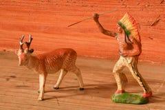 Gliniany zwierzę i osoba Roe rogacz i rewolucjonistka indianin Rocznik zabawka Retro zabawki dla chłopiec Zdjęcie Stock