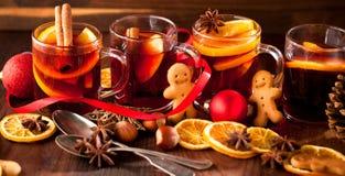 Glintwine con l'agrume ed il mirtillo rosso Natale e bevanda di riscaldamento di inverno immagini stock libere da diritti
