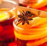Glintwine med citruns och tranbäret Jul och vintervärmedryck arkivbild