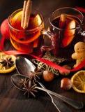 Glintwine med citruns och tranbäret Jul och vintervärmedryck fotografering för bildbyråer