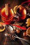 Glintwine med citruns och tranbäret Jul och vintervärmedryck royaltyfri foto