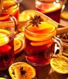 Glintwine med citruns och tranbäret Jul och vintervärmedryck royaltyfria bilder