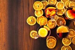Glintwine med citruns och tranbäret Jul och vinterwarmin royaltyfria bilder