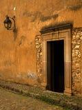 gliny namułowej brown drzwi latarnia plus ściana żółty zdjęcie stock