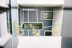 Glipse d'un bâtiment moderne avec les fenêtres géométriques Photos libres de droits